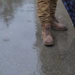 雨の日にふくらはぎが汚れる? 水を跳ね上げずに歩く方法